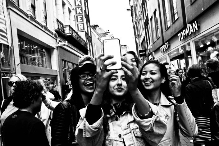 Selfie of four to five girls in the kalverstraat, Amsterdam. Street photography by Victor Borst